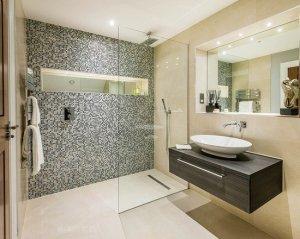Чем отделывать стены ванной комнаты