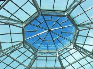 Стеклянное покрытие крыши — это практично, удобно, эстетично
