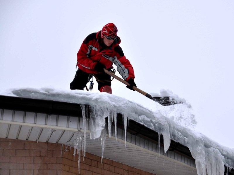 Уборка сосулек и снега с крыш